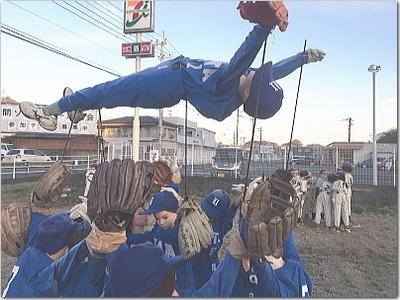勝利の胴上げじゃぁ〜!!マネキンかかしソフトボール大会☆新聞にも載ってました(笑)