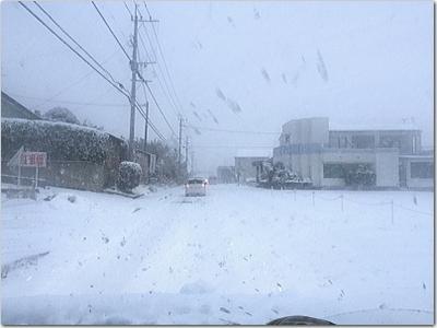 連日の雪マジ勘弁して〜(涙)トラックの運ちゃんも滑るw憂鬱大寒波よ〜。